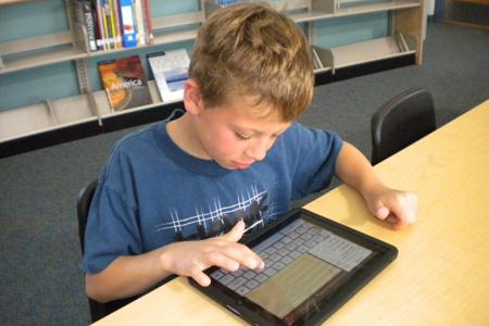 Pojke som skriver på surfplatta