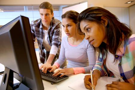 studenter_runt_dator450x300